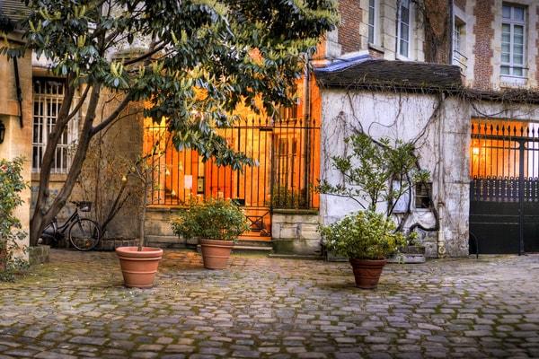 Visitez le vieux village Saint-Germain-Des-Prés